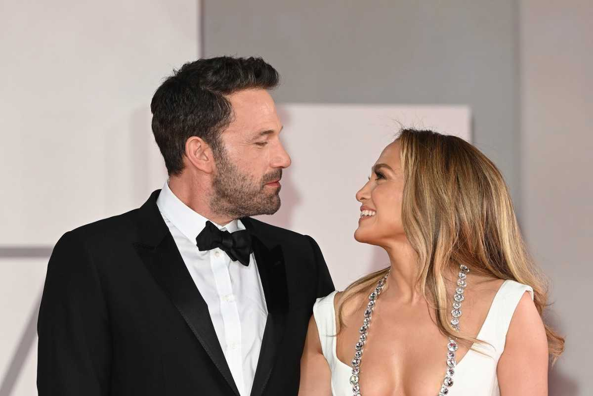 Jennifer Lopez, Ben Affleck Share A Kiss During Red Carpet Debut